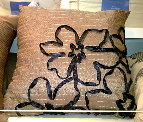 perna decorativa cu flori din panglica